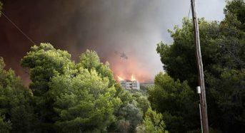Πυρκαγιά Μάτι: «Κινδυνεύουν ανθρώπινες ζωές, βοήθεια»